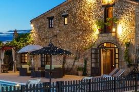 Wunderschönes und Luxus Landhaus in Denia, Costa Blanca, Spanien mit privatem Pool, für maximal 8 Personen.Dieses Landhaus liegt in einer ländlichen Umgebung. Die Unterkunft bietet viel Privatsphäre, einen Garten mit Rasen, Kies und Bäumen und einen schönen Blick auf das Tal und die Berge.Die Ruhe, die Bequemlichkeit und die Nähe von Einkaufsmöglichkeiten und Orten zum Ausgehen machen dies zu einem ausgezeichneten Landhaus um Ihre Ferien zu verbringen mit Familie oder Freunden und sogar Ihren Haustieren.Innen, Denia