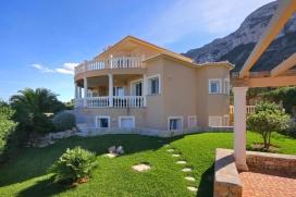 Moderne Ferienvilla für maximal 10 Personen in Denia, Costa Blanca, Spanien.Das Ferienhaus Alta Vista, liegt am Hang des Berges Montgo in einem ruhigen Wohngebiet und bietet eine herrliche Aussicht auf die Bucht von Denia, das Meer und die umliegenden Berge. Drei verschiedene Wohnbereiche machen diese Ferienvilla ideal um einen erholsamen Urlaub mit 2-3 Familien oder einer Gruppe von Freunden zu verbringen. Die mittlere und obere Etage bilden den Hauptwohnbereich mit 3 Schlafzimmern und3 Badezimmern. Im Untergeschoss befinden sich 2 separate, kleine Einliegerwohnungen, jede mit jeweils einer kleinen Kitchenette mit Kühlschrank, Sofa und Essplatz, einem Schlafzimmer und einem Badezimmer. Eine Wohnung davon ist über eine Innentreppe mit dem Hauptwohnbereich verbunden, bietet jedoch auch einen separaten Eingang von Aussen.Das Ferienhaus ist modern eingerichtet und bietet viele Annehmlichkeiten wie Klimaanlage, Internetanschluss, Zentralheizung und Alarmanlage. Eine herrliche Terrasse mit privatem Pool, Aussendusche und WC und Grillbereich sind ideal um das schöne Wetter zu geniessen, zu Schwimmen, zum Sonnenbaden, zum Entspannen und für gemeinsame Grillabende. Die Ferienvilla wird von einem schönen, gepflegten Garten mit Rasen umrundet, ideal für Kinder zum Spielen.In nur 5 Autominuten erreicht man den Sandstrand von Denia oder auch den Hafen und das Zentrum mit allen Einkaufsmöglichkeiten, Supermärkten, Bars und Restaurants. Ihr Haustier ist gegen Aufpreis ebenfalls willkommen.Hauptwohnbereich (Erdgeschoss und 1.OG) :, Denia