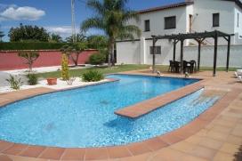 Komfortable Villa    mit privatem Pool, 7 Kilometer von Denia, Comunidad Valenciana, Spanien für maximal 6 Personen.Diese Villa liegt  in einer  ländlichen Umgebung und  etwa 4 Km entfernt vom Strand. Die Unterkunft bietet Privatsphäre und einen Garten mit Rasen.Die Ruhe, die Bequemlichkeit und die Nähe von dem Strand, Einkaufsmöglichkeiten und Orten zum Ausgehen machen dies zu einer geeigneten Villa um Ihre Ferien zu verbringen mit Familie und Freunden.Innen, Denia