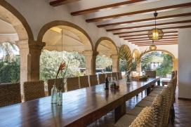 """Ferienvilla mit privatem Pool an der Costa Blanca in Javea, Spanien für maximal 8 Personen.Schöne rustikale Ferienvilla in Javea, welche kürzlich renoviert wurde, auf 3 Etagen und nur 8 Minuten vom Sandstrand """"El Arenal"""" mit seinen Restaurants und Bars entfernt. Das Aussengrundstück beträgt 5000 m2 und bietet Privatssphäre. Für Freizeitspass ist auch gesorgt mit 2 Mini-Fussballtoren, Basketballkorb, Tischtennis und Dartscheibe. Der grosse Garten mit Rasen mit seinem grossen Pool ist perfekt geeignet für Kinder und durch 2 konstruierte Grill's ist ein gemütliches Zusammensein garantiert. Die Küche ist ideal für grosse Familien durch 2 Herdplatten und die gute Ausstattung.Diese Unterkunft wird gleichzeitig nur an einer Familie vermietet, doch der Betrag der Miete ist von der Anzahl der Bewohner abhängig. Deswegen wird die Unterkunft doppelt angezeigt mit verschiedener Anzahl von Bewohnern und verschiedenen Preisen.Ausserdem können Sie diese Unterkunft für verschiedene Feiern (Hochzeiten, Geburtstage, ect.) mieten, in diesem fall muss das ganze Haus gemietet werden.Hauptetage:, Javea"""