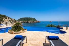 """Ferienhaus in einmaliger Lage, direkt am Strand La Barraca, in Javea, Costa Blanca, Spanien.Schönes, komfortables Ferienhaus, bestehend aus 2 unabhängigen Etagen, für maximal 10 Personen, in einmaliger Wohnlage auf einem Anwesen direkt oberhalb des bekannten Strandes La Barraca. Die Poolanlage wurde gerade fertiggestellt und lässt keine Wünsche offen. Sie wurde im Jahr 2011 fertig gestellt und wurde dieses Jahr von der Fachzeitschrift """"Piscinas XXI"""" mit dem Preis """"Bester privater Pool 2011"""" ausgezeichnet. Mit integriertem Whirlpool, Infinity (Überlauf), und Sitzbänken im Wasser um das Treiben am darunter liegenden Strand zu beobachten.Der Strand von Porticholl ist bekannt für Taucher, Wassersportler und Meerliebhaber. Die Bucht mit Steinstrand bietet einen Kanuverleih und ein kleines Restaurant und zieht im Sommer viele Boote an, die vor der Bucht Anker legen, um im herrlich klaren Wasser zu Schwimmen und zu Schnorcheln. Die Ferienvilla liegt erhöht, direkt über dem Strand und bietet eine traumhafte Aussicht auf das Meer, den Strand und die Insel von Porticholl. Vom Poolbereich besteht ein direkter Zugang zum Strand (über eine private Treppe). Die Lage ist absolut privilegiert und etwas ganz Besonderes.Eine grosse überdachte und schön möblierte Terrasse ist ideal um das bunte Sommertreiben des Strandes zu beobachten und das Sommerleben im Freien zu geniessen. Ein gemauerter Grill mit Essbereich lädt zu gemütlichen Grillabenden an. Auch in der Vor- und Nachsaison ist dieses Mietobjekt sehr geeignet, es verfügt über einen offenen Kamin und Klimaanlagen (warm/kalt) in allen Schlafzimmern., Javea"""