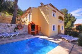 Schöne und komfortable Villa  mit privatem Pool in Javea, an der Costa Blanca, Spanien für 8 Personen.  Die Villa liegt  in einer  residentiellen Umgebung und  etwa 3 Km entfernt vom Strand von El Arenal.  Die Villa hat 4 Schlafzimmer und 4 Badezimmer, verteilt auf 2 Etagen.  Die Unterkunft bietet einen schönen Pool und  einen Blick auf  das Tal und die Berge.  Die Bequemlichkeit und die Nähe vom Strand, Einkaufsmöglichkeiten und Orten zum Ausgehen machen dies zu einer geeigneten Villa um Ihre Ferien zu verbringen mit Familie oder Freunden und sogar Ihren Haustieren. Interieur der Villa, Javea