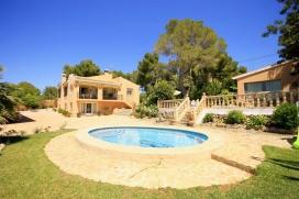 Wunderschöne und komfortable Villa  mit privatem Pool in Javea, an der Costa Blanca, Spanien für 6 Personen.  Die Villa liegt  in einer  residentiellen Umgebung und  etwa 2 Km entfernt vom Strand von El Arenal.  Die Villa hat 3 Schlafzimmer und 2 Badezimmer.  Die Unterkunft bietet viel Privatsphäre, einen schönen Garten mit Rasen und Bäumen und einen schönen Pool.  Die Bequemlichkeit und die Nähe vom Strand machen dies zu einer idealen Villa um Ihre Ferien zu verbringen mit Familie oder Freunden und sogar Ihren Haustieren. Interieur der Villa, Javea