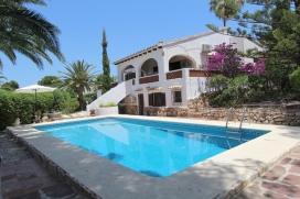 Schöne und klassischer Villa in Moraira, an der Costa Blanca, Spanien mit privatem Pool für 8 Personen. Die Villa liegt in einer residentiellen Umgebung, in der Nähe von Restaurants und Bars, Geschäften, Supermärkten und einer Tennisbahn und etwa 500 M entfernt vom Strand von ampolla. Die Villa hat 4 Schlafzimmer und 3 Badezimmer, verteilt auf 2 Etagen. Die Unterkunft bietet einen schönen Garten mit Bäumen und einen schönen Pool. Die Bequemlichkeit und die Nähe vom Strand, Einkaufsmöglichkeiten, Sportaktivitäten, Freizeiteinrichtungen, Orten zum Ausgehen, Sehenswürdigkeiten und Kultur machen dies zu einer geeigneten Villa um Ihre Ferien zu verbringen mit Familie und Freunden. Interieur der Villa, Moraira