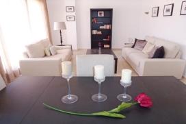 Wunderschöne und komfortable Penthouse Ferienwohnung mit gemeinsamem Pool in La Entrada, Punta Prima, an der Costa Blanca, Spanien für 4 Personen.  Die Ferienwohnung liegt in der Nähe von Restaurants und Bars, Geschäften und Supermärkten und  etwa 500 M entfernt vom Strand von Cala Piteras.  Das Penthouse hat 2 Schlafzimmer und 2 Badezimmer.  Die Unterkunft bietet Privatsphäre, einen schönen privaten Garten mit Rasen und Bäumen, einen Gemeinschaftsgarten mit Rasen und Bäumen und  einen schönen Blick auf  den Pool und den Garten.  Die Bequemlichkeit und die Nähe vom Strand, Einkaufsmöglichkeiten, Sportaktivitäten und Orten zum Ausgehen machen dies zu einer geeigneten Ferienwohnung um Ihre Ferien zu verbringen mit Familie und Freunden. Interieur der Ferienwohnung, Punta Prima